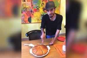 Ahmad beim Kuchen schneiden