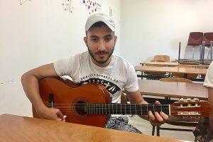 Ahmad mit Gitarre