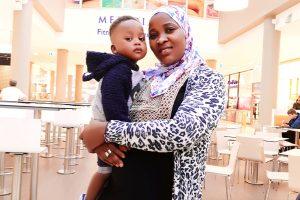 Fatou und Ebrima in einem Shoppingzentrum