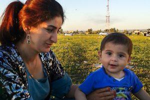 Parwa mit ihrem Sohn im Irak