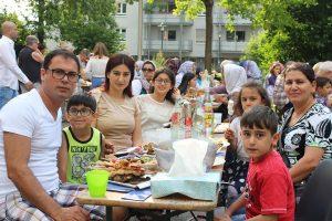Parwa und ihre Familie bei einem Fest im Café International in Bühl